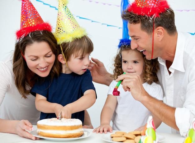 家庭で誕生日を祝う兄弟姉妹