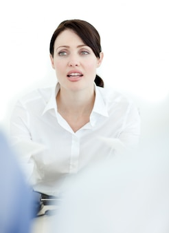 彼女の同僚と話すビジネスマン