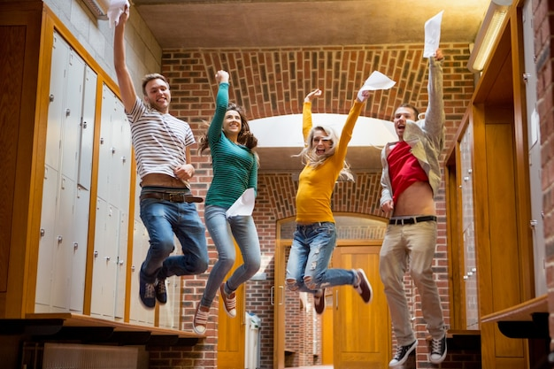 大学の廊下でジャンプする学生