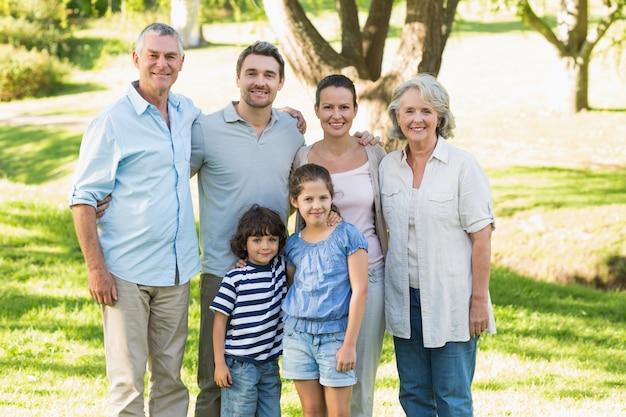 公園で幸せな大家族の肖像