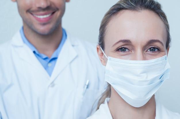 歯科医の肖像画を閉じます
