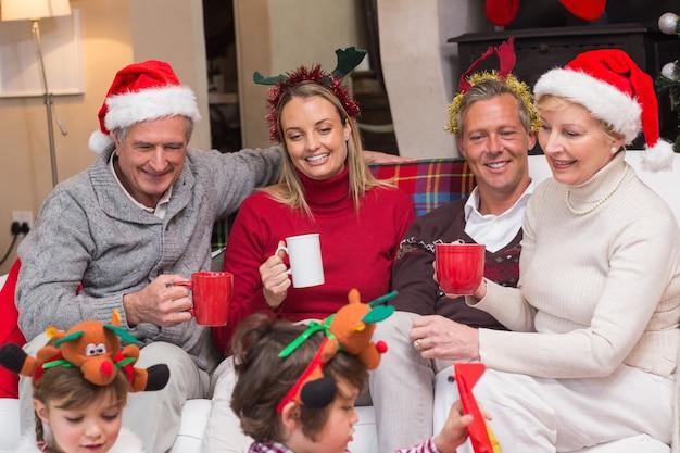 クリスマスの時間にコーヒーを楽しむ幸せな拡大家族