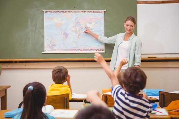 教室で地理学のレッスンを教える教師
