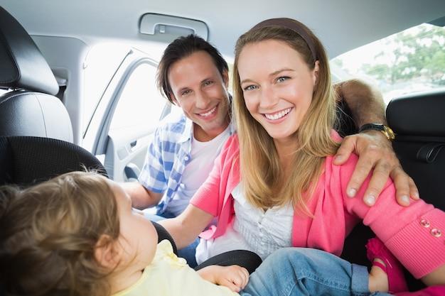Родители, обеспечивающие ребенка на автокресле