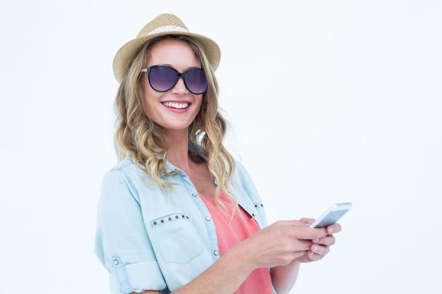 彼女のスマートフォンで笑顔の女性の文字メッセージ