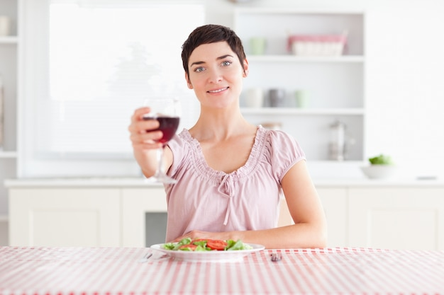 かわいい女性はワインを焼く