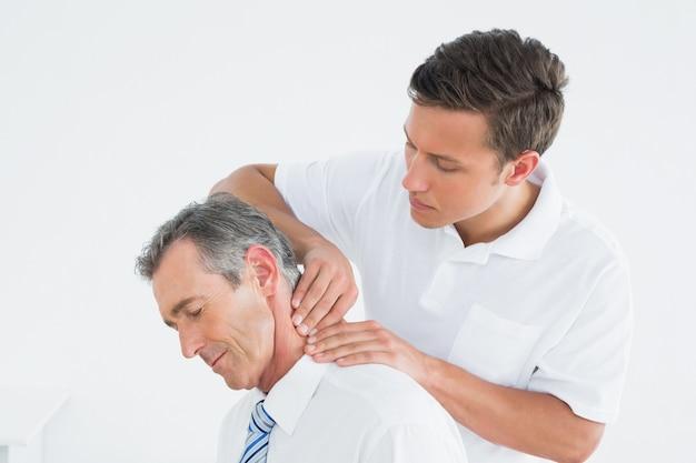 Мужской хиропрактик, массаж пациентов шеи