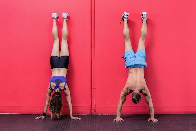 逆立ち練習をしている筋肉のカップル
