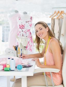 彼女のデザインに取り組むファッションデザイナーの肖像