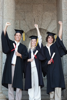 卒業生が腕を上げる
