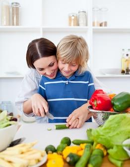 幸せな母と息子の料理