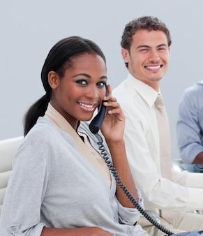 オフィスで働く笑顔のビジネスグループ