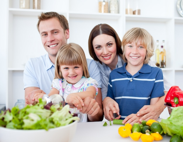一緒に料理する明るい若い家族