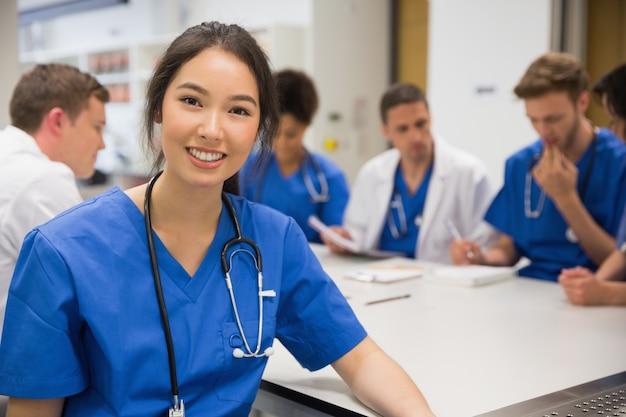 授業中にカメラで笑顔の医学学生