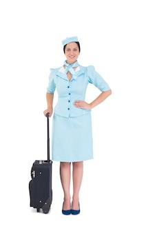 Довольно воздушная хозяйка, держащая чемодан