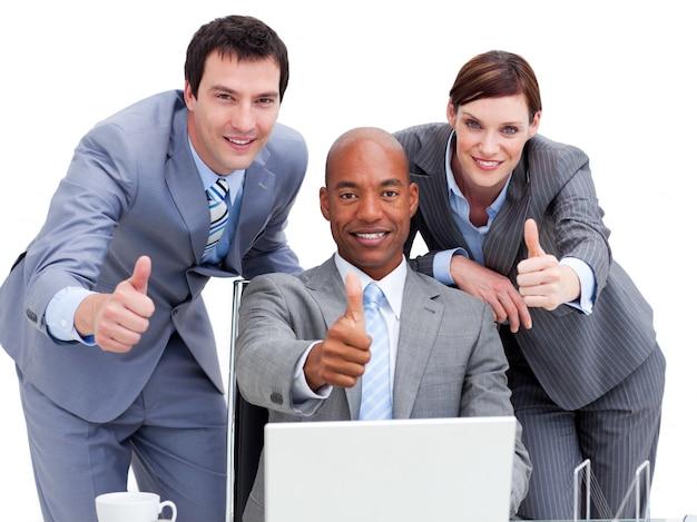 ラップトップを見て親指でビジネスの人々