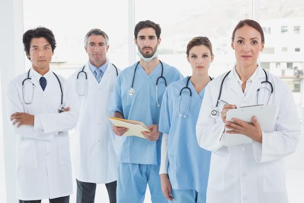 深刻な医者たちはすべて一緒に立っている