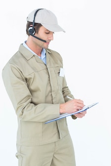 Человек доставки с использованием наушников во время записи в буфер обмена
