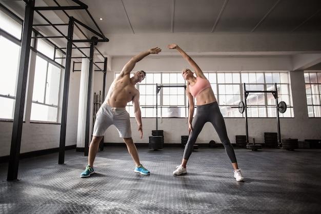 Два человека подходят к фитнесу