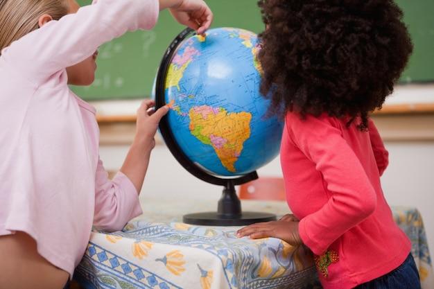 国を指している女子学生