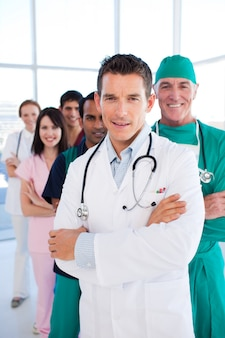 国際的な医療グループが連続して立っている