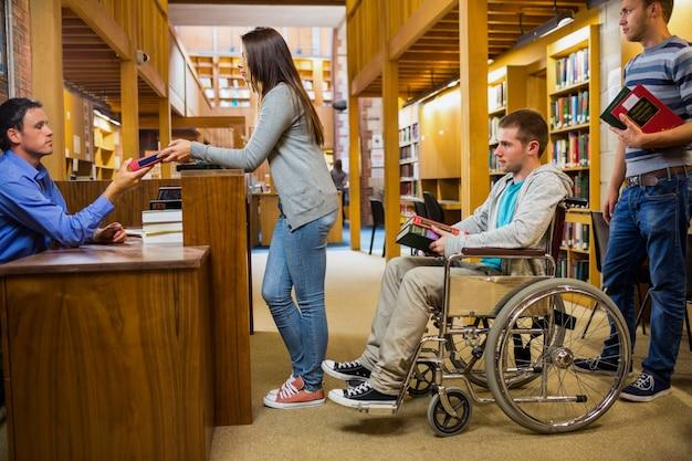 図書館カウンターで行方不明の男がいる学生