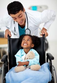 若い医者と病気の子供