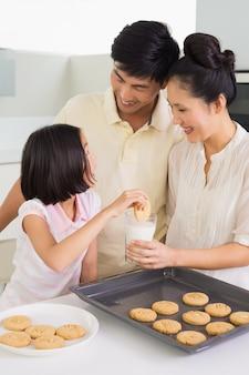 女の子、楽しむこと、クッキー、牛乳、両親、台所