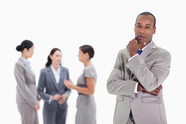 Вдумчивый бизнесмен с коллегами