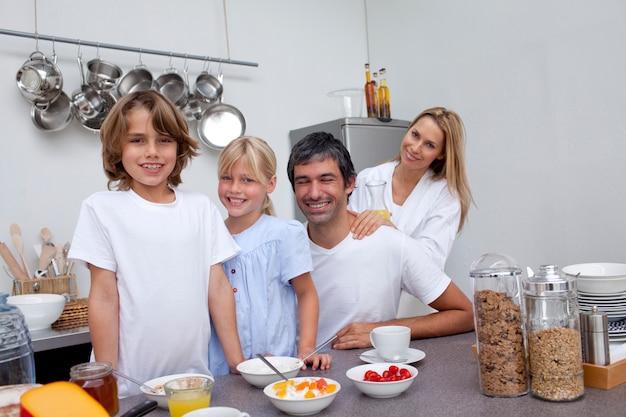 朝食を一緒にお持ちの両親と子供