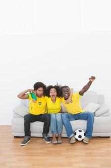 ブラジルのサッカーファンは、一緒に応援ソファに座って
