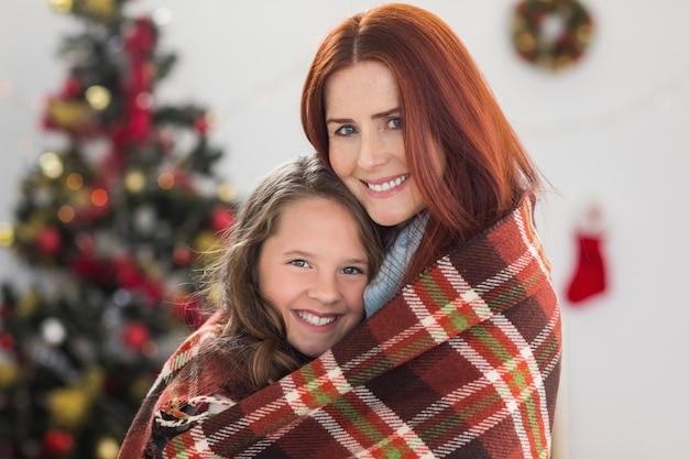 お祝いの母と娘は毛布で包まれた