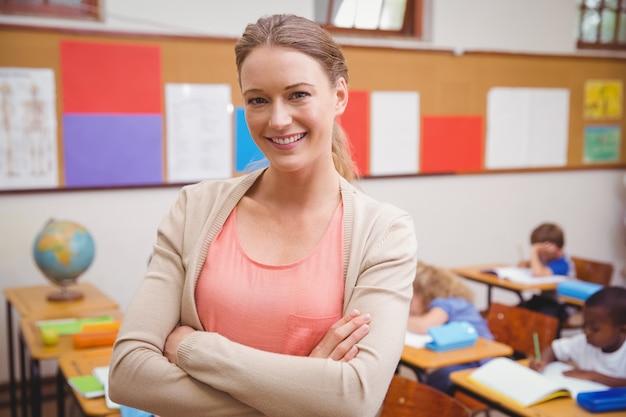 カメラで笑顔で笑顔の美しい教師