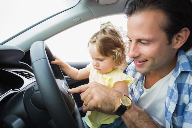 Отец играет с ребенком на сиденье водителя