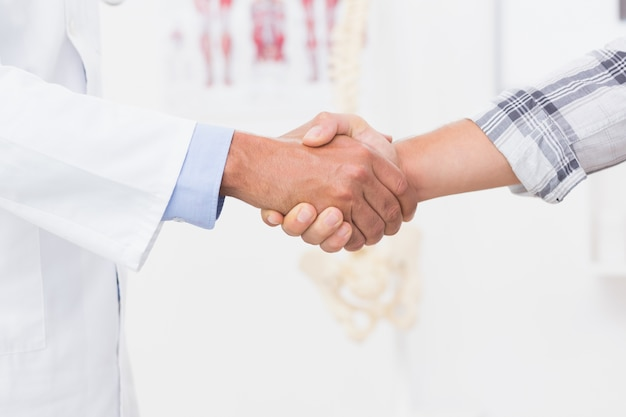 医者と患者の握手