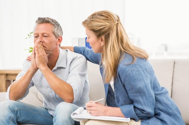 懸念されるセラピストの慰めの男性患者