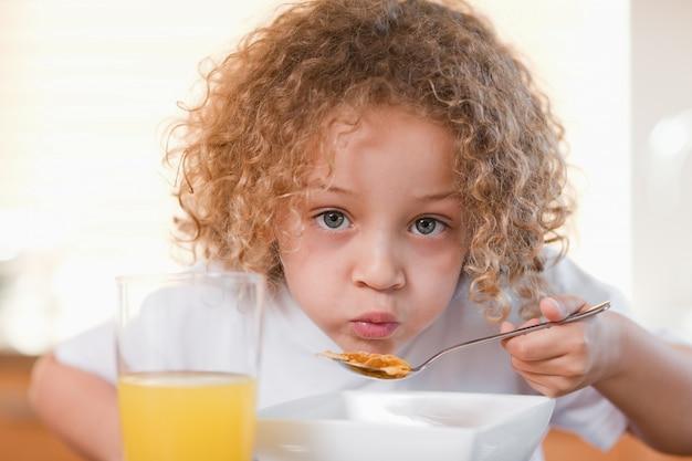 キッチンで朝食を取る女の子