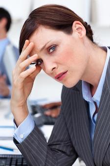 頭痛に苦しんでいるビジネスマン
