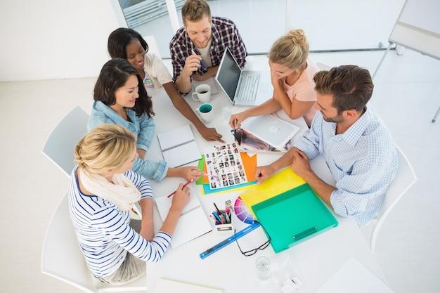 Группа молодых дизайнеров, которые собираются вместе