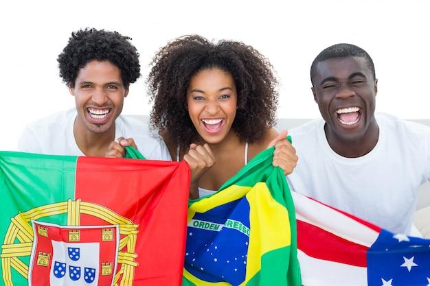 ハッピーフットボールのファン、カメラで笑顔の旗