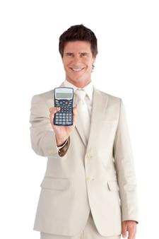 魅力的なビジネスマン彼の手に電卓を持って