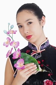 蘭で笑顔の女性