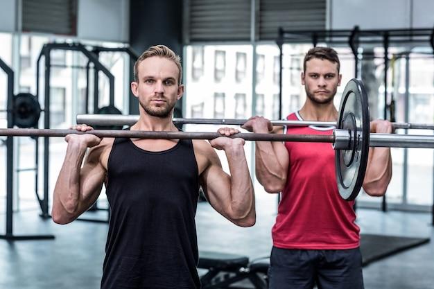 筋肉の男性は、バーベルを持ち上げる
