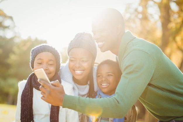 若い笑顔の家族