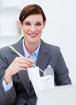 仕事で中国料理を食べるビジネスマン