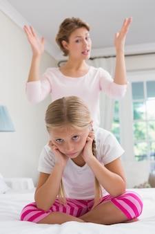 彼女のいたずらな娘を叱る母