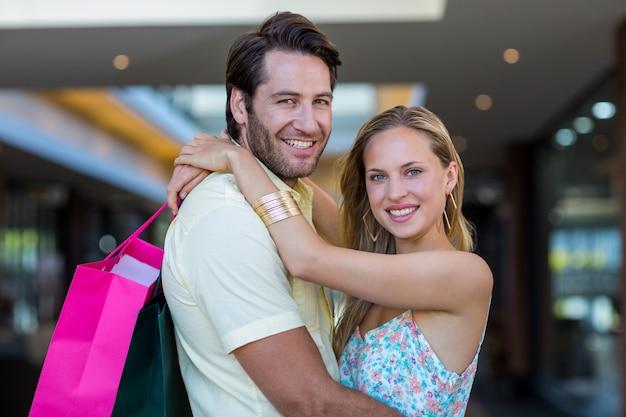 買い物袋と笑顔のカップル