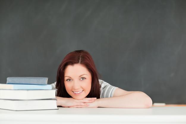 若い、学生、座っている、テーブル、テーブル