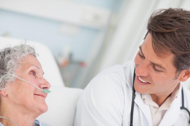 患者を見る医者のクローズアップ