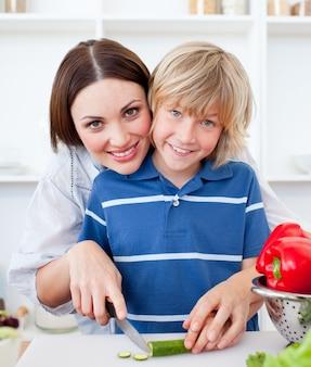 魅力的な母と彼女の息子の料理